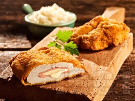 Кордон бльо от панирани в галета телешки или пилешки шницели с топено сирене и шунка - снимка на рецептата